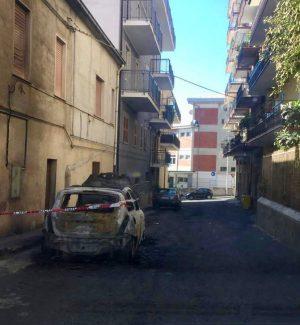 Incendio nella notte a Cassano, auto distrutta dalle fiamme
