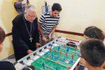 """L'arcivescovo Accolla """"star"""" di calciobalilla a Roccalmera"""