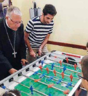 """L'arcivescovo Accolla """"star"""" di calciobalilla a Roccalumera"""