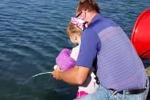 Bimba prende all'amo pesce di 15 kg con la canna di Frozen