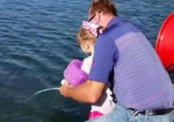 Bimba prende all'amo pesce di 15 kg con la canna di Frozen Stati Uniti, la piccola Josie ne pesa 14 - CorriereTV