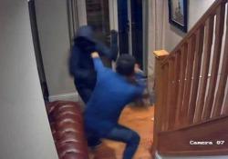 Calci e pugni: il proprietario di casa (senza paura) scaccia i ladri armati Asif Ali, 35 anni, ha affrontato gli uomini entrati nella sua casa a Bamford, in Inghilterra - CorriereTV