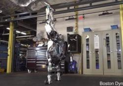 Capriole, salti, torsioni: guardate cosa è in grado di fare adesso il robot «Atlas» È il robot umanoide più dinamico al mondo - CorriereTV