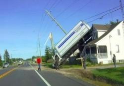 Come ha fatto questo camion a finire così? Il video di un mezzo pesante che è piombato sul tetto di una casa in Canada - CorriereTV