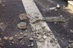 Crolla un cornicione a Messina, pezzi di cemento finiscono sul marciapiedi