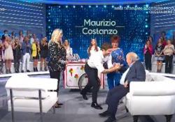 De Martino porta un gelato per Maurizio Costanzo: show nello studio di «Domenica In» Siparietto divertente tra l'ex ballerino, Mara Venier e Costanzo che - Corriere TV
