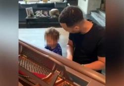 Duetto tra padre e figlio, John Legend al piano con Miles L'esibizione di coppia è stata pubblicata su Instagram da Chrissy Teigen, modella e moglie del cantante - Corriere Tv
