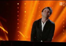 Ezio Bosso, l'esibizione a Sanremo nel 2016: standing ovation dal pubblico L'esibizione di Ezio Bosso durante il Festival di Sanremo 2016 che ha interpretato «Following a bird» - Corriere Tv