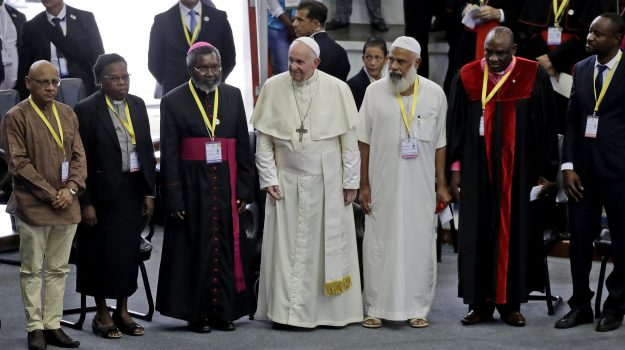 """Il Papa in Mozambico: """"Non si può essere cristiani e vivere secondo la legge del taglione"""" - Foto"""