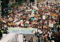 Greta Thunberg, un anno e un mese di proteste: dalla Svezia alle piazze di tutto il mondo Lo scorso agosto la giovane attivista svedese ha iniziato a protestare contro l'inerzia dei governi di fronte al cambiamento climatico. Ieri, 20 settembre 2019, le manifestazioni di milioni di ragazzini n...