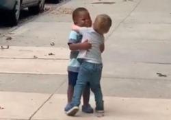 I social si sono innamorati di questi due bimbi che corrono ad abbracciarsi L'abbraccio spontaneo tra i due amichetti è diventato virale - CorriereTV