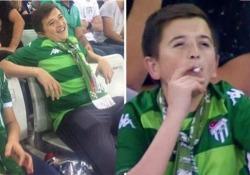 Il «bimbo» ripreso sugli spalti mentre fuma una sigaretta ha in realtà 36 anni La breve clip è diventata virale sui social - CorriereTV