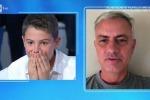Il piccolo Josè figlio di Amadeus riceve una sorpresa: c'è Mourinho, e lui si commuove