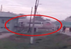Il treno travolge il bus carico di turisti: tragedia in Kazakistan L'autobus era rimasto bloccato in mezzo ai binari per un guasto: il video dello scontro - CorriereTV