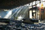 Incendio a Catanzaro, in fiamme un capannone adibito a deposito: indagini in corso