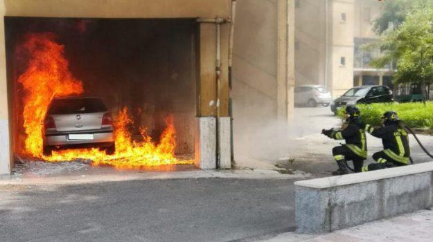 auto incendiata, fondo gesu, Catanzaro, Calabria, Cronaca