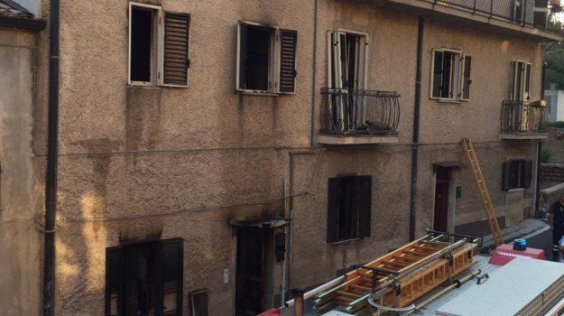 bisignano, incendio, Cosenza, Calabria, Cronaca