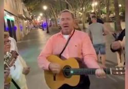 Kevin Spacey torna in pubblico: a Siviglia con la chitarra in mano sulle note di «La Bamba» L'attore americano si è unito alla band della Facoltà di Giurisprudenza della città spagnola attirando l'attenzione dei passanti che non hanno perso l'occasione di riprendere la scena - Cor...
