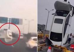 L'auto piomba contro il cartello stradale e finisce in verticale Il drammatico video catturato da una dashcam su un'autostrada di Hangzhou, nella provincia dello Zhejiang - CorriereTV