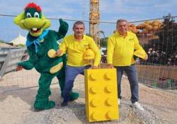 Lego sbarca a Gardaland: ecco il primo mattoncino del nuovo Water Park - Corriere Tv