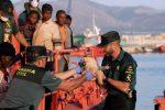 Migranti, viaggi senza fine nel Mediterraneo: disperso un bimbo, Lampedusa di nuovo al collasso