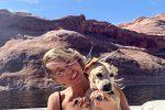 Vacanza con il suo cagnolino per Miley Cyrus: gli scatti in bikini sono da urlo