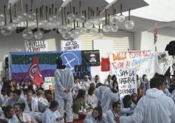 Mostra di Venezia, attivisti «No Grandi Navi» ed ecologisti occupano il red carpet I circa 500 manifestanti sono entrati in massa alle 5.30 - AGTW