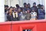 La Ocean Viking a Messina con 182 migranti, lo sbarco al Molo Norimberga
