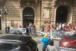Catanzaro, i precari della sanità protestano davanti alla prefettura