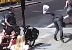 Scene di ordinaria follia a Londra: ciclista dà una testata al passante La polizia sta dando la caccia all'autore del gesto avvenuto in pieno centro a Londra - CorriereTV