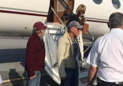 Spielberg e Springsteen all'aeroporto di Genova con il jet privato Il regista, con il suo cagnolino, e il cantante sono in Italia per una vacanza in Liguria - Ansa