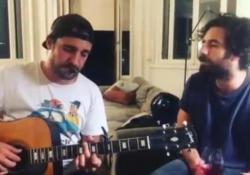 Tommaso Paradiso canta il primo singolo senza «Thegiornalisti» L'anteprima di «Non avere paura» ha avuto più di 500 mila visualizzazioni. - Corriere Tv