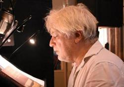 Tommaso Ragno legge Simenon «Una scrittura esilarante» L'attore dà voce a «L'uomo che guardava passare i treni» pubblicato da Emons - Corriere Tv