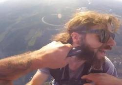 Usa, barba tagliata in volo a oltre 3 mila metri d'altezza Un uomo di 30 anni ha celebrato il suo 400esimo lancio con il paracadute radendo la barba al suo amico appeso all'elicottero - Corriere Tv