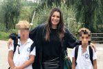 """La Seredova e i figli con le maglie sgualcite: """"Meglio stare con loro che stirare"""""""