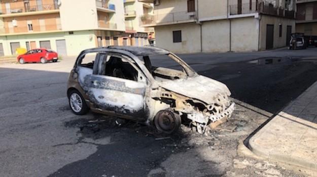 auto in fiamme Schiavonea, incendio auto, Francesco Meligeni, Cosenza, Calabria, Cronaca