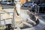 Lesioni al cavallo alato, rischia di finire a pezzi la fontana del Balilla di Cosenza - Foto