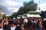 L'incidente a Belpasso, ad Adrano in mille per dare l'ultimo saluto alle 4 vittime