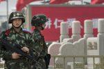 """Abusi sugli uiguri, un video incastra Pechino: """"Uomini bendati e con le mani dietro la schiena"""""""