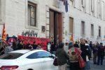 """Malasanità, protesta dei cittadini all'Asp di Cosenza: """"Non possiamo più Asp...ettare"""""""