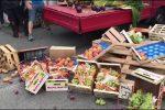 Venditori abusivi a Messina, ambulante getta la merce per impedire di darla in beneficenza - Video