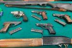 Pistole, fucili, 14 mitra ed esplosivo: ecco l'arsenale scoperto in un garage a Reggio Calabria - Foto