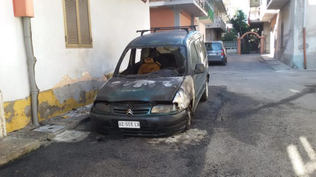 auto incendiata, cirò marina, Franco Malena, Catanzaro, Calabria, Cronaca