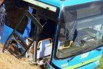 Paura a Milano, autobus con 30 bambini finisce fuori strada a Besate: sette feriti