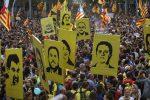 Barricate e scontri, i separatisti paralizzano Barcellona