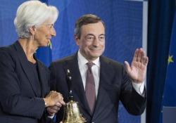 Bce, Draghi consegna la campanella a Lagarde Il passaggio durante la cerimonia per la fine del mandato del presidente uscente: «In otto anni non l'ho mai usata» ha scherzato Draghi - Ansa