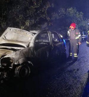 Serrastretta, auto in fiamme sulla Provinciale 77: disagi per il traffico