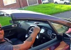 Cellulare alla guida? La lezione del centauro è originale Il video è stato girato su una strada di Manchester, nel Regno Unito - CorriereTV