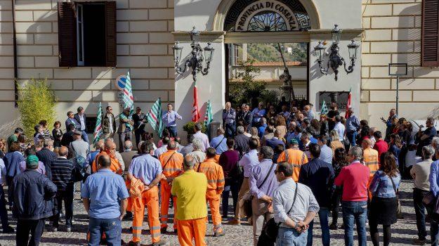 lavoratori Provincia Cosenza, protesta Provincia di Cosenza, stipendi, Franco Iacucci, Cosenza, Calabria, Cronaca
