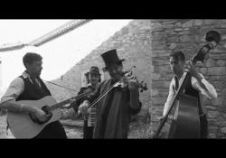 Da musicisti di strada a «Vlado»: ecco il nuovo singolo dei Guappecartò Estratto dall'album di inediti «Sambol - Amore Migrante» è un inno al concetto di amore perpetuo che va oltre la morte - Corriere Tv